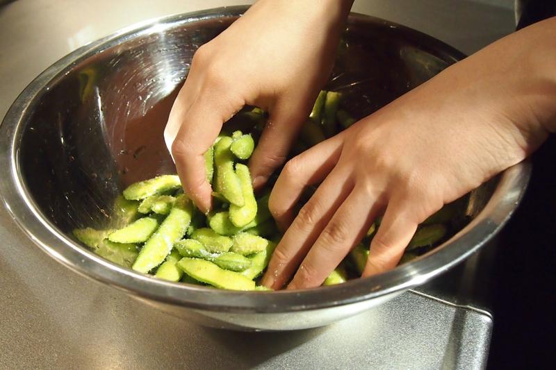 枝豆を塩揉みする画像