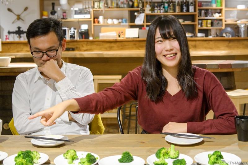 ブロッコリーの味を確かめる浅原怜美さんと竹原博之さん