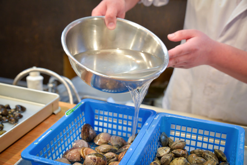塩水で貝を浸す