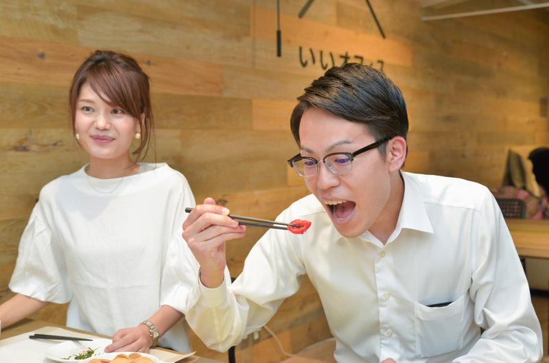 遠藤さんがトマトを食べている様子