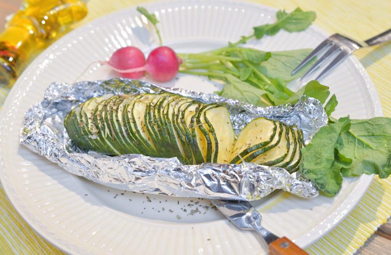 (調理例)アコーディオン状にしたズッキーニに塩を振ってグリルした、ズッキーニのホイル焼き。