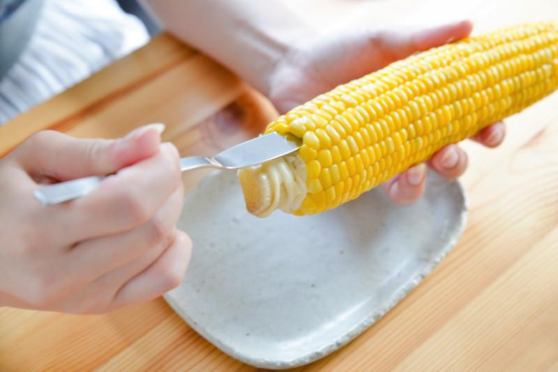 バターナイフでとうもろこしを食べる