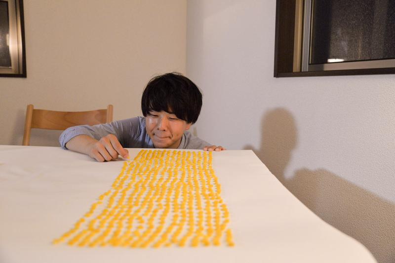 とうもろこしの粒を数える石川優太さん