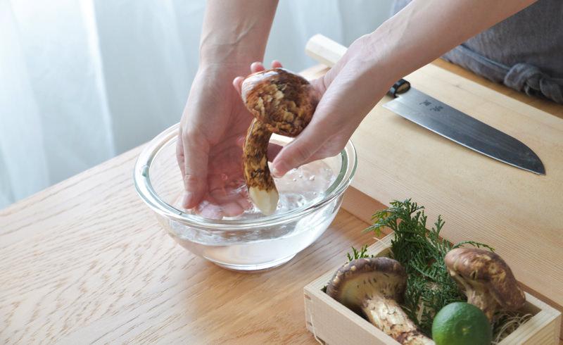 松茸を水の中でサッと洗い水気を拭く
