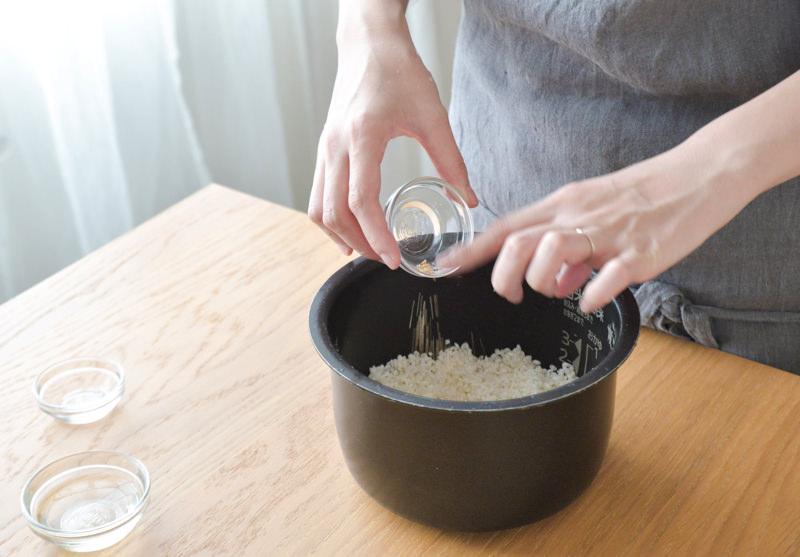 炊飯器にお米と[A]を入れる