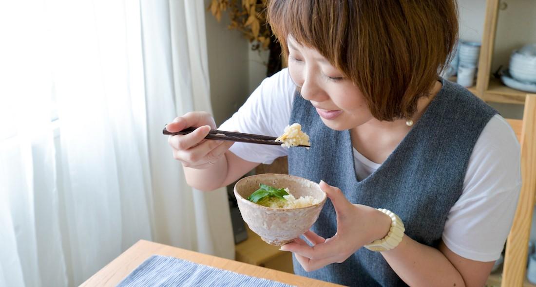 松茸ご飯を食べる様子