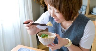 松茸ご飯を食べる画像