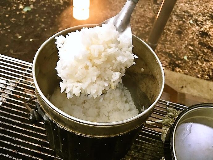 飯ごうで炊いた米