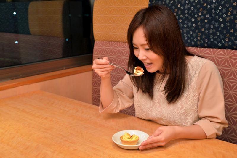 松茸モンブランを食べる様子