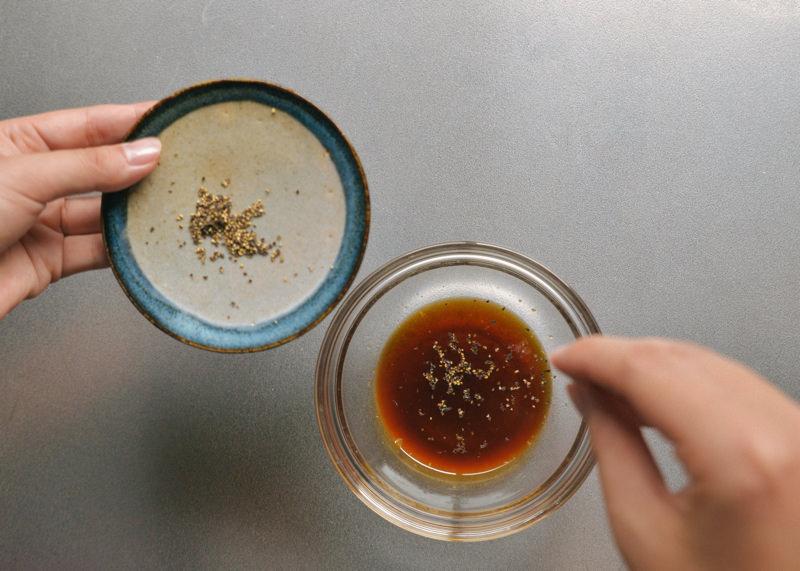 めんつゆに柚子胡椒とブラックペッパーを加えて混ぜます。