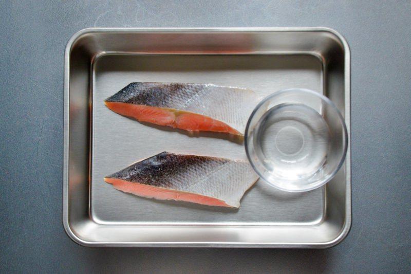 鮭の切り身と水