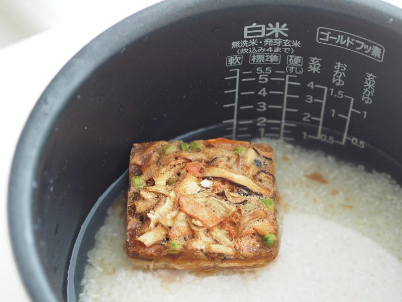 炊飯器にご飯の素を入れる