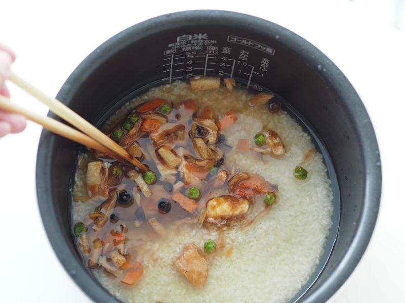 炙り秋鮭と五目の炊き込みご飯の素を混ぜる