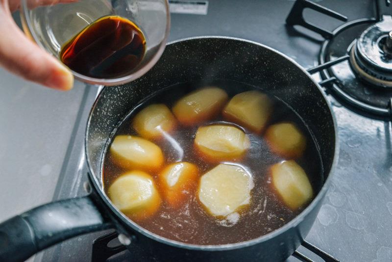里芋が柔らかくなるまで煮ます。
