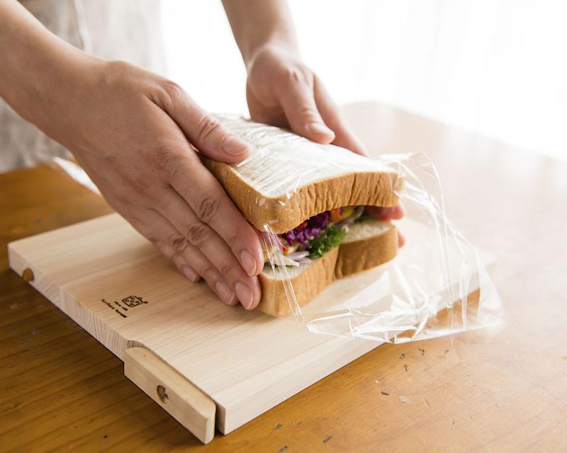 食パンを重ねる様子
