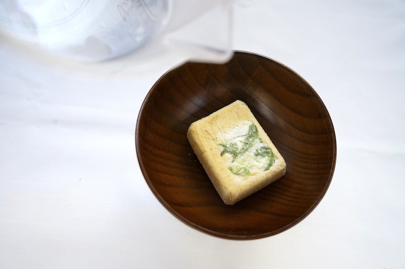 アマノフーズのおみそ汁にお湯を注ぐ風景