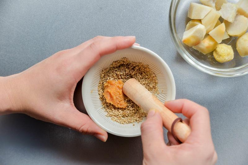 炒った白ゴマと味噌をよくすり合わせること