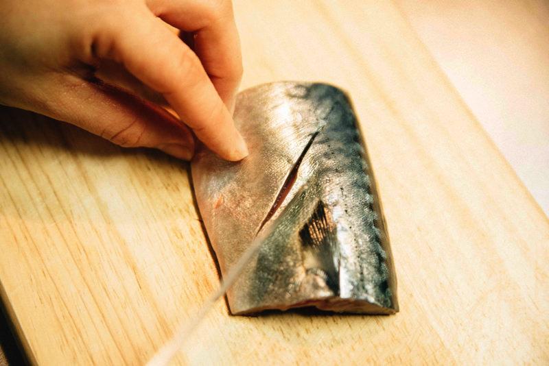 包丁で皮の表面に切れ目を入れる