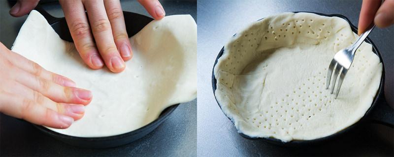 スキレットにパイシートを伸ばしてフォークで穴を開けておく。