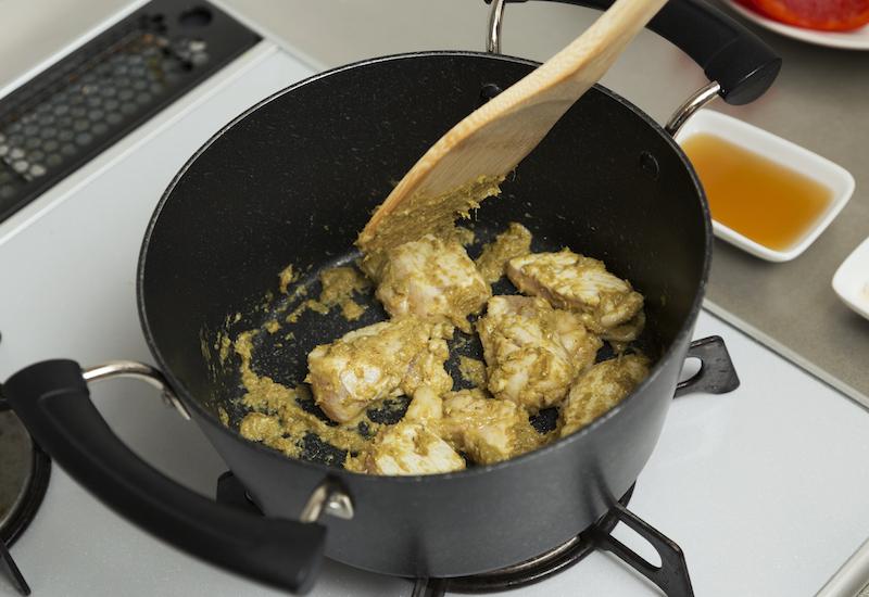 鶏むね肉を煮込む