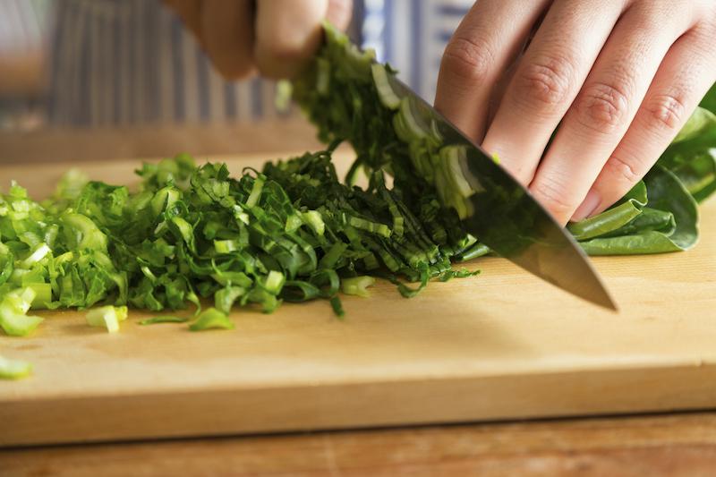 小松菜を粗みじん切りにする。