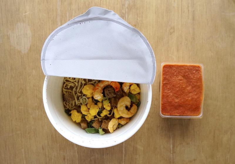 カップラーメンとトマトスープ