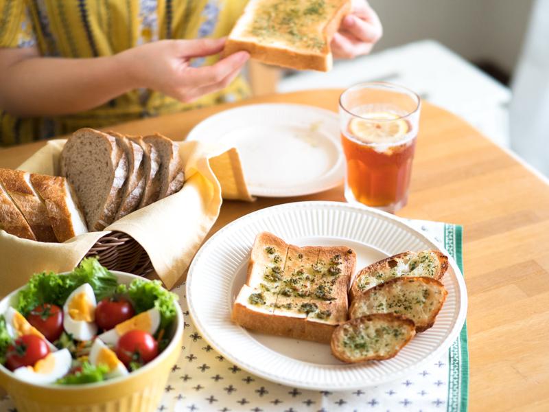 ガーリックトーストと一緒にいただく朝食