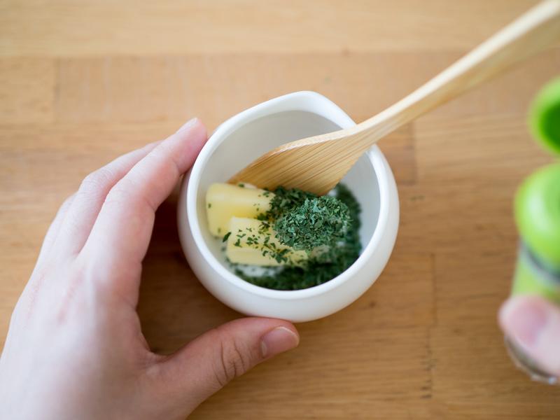 チューブにんにく・常温で柔らかくしておいたバター・パセリを混ぜ合わせているところ。