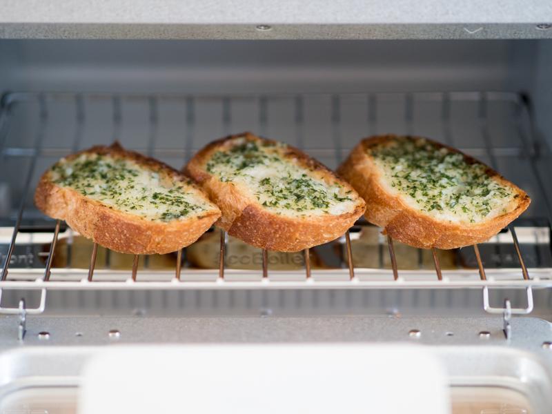 トースターでパンを焼いている様子。