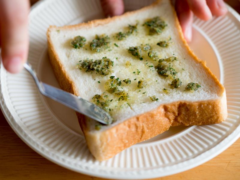 パンに格子状の切れ目を入れてから、[2]を塗り込む。