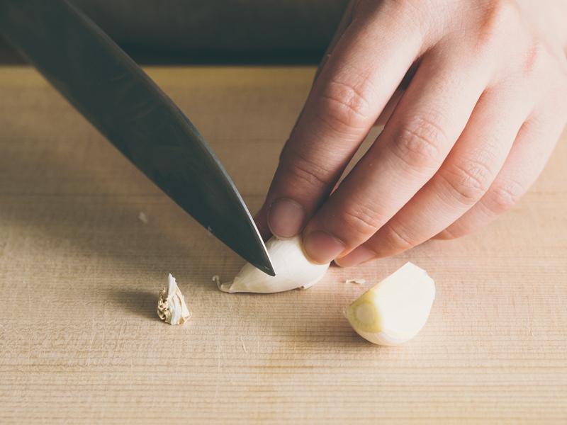 にんにくを房から外し、皮がついたまま上下を2mmほど切り落とす。