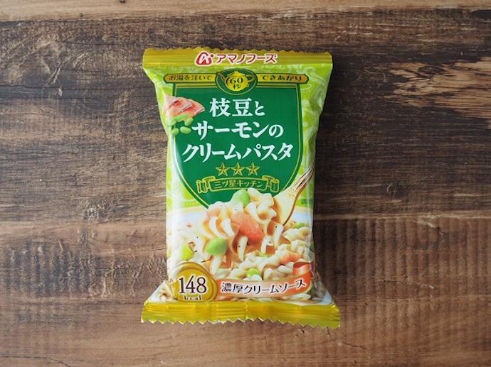 フリーズドライ「三ツ星キッチン 枝豆とサーモンのクリームパスタ」のパッケージ