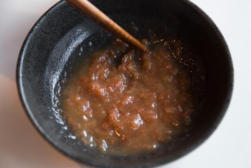 梅干しとレモン汁でさっぱり合わせ酢を作る