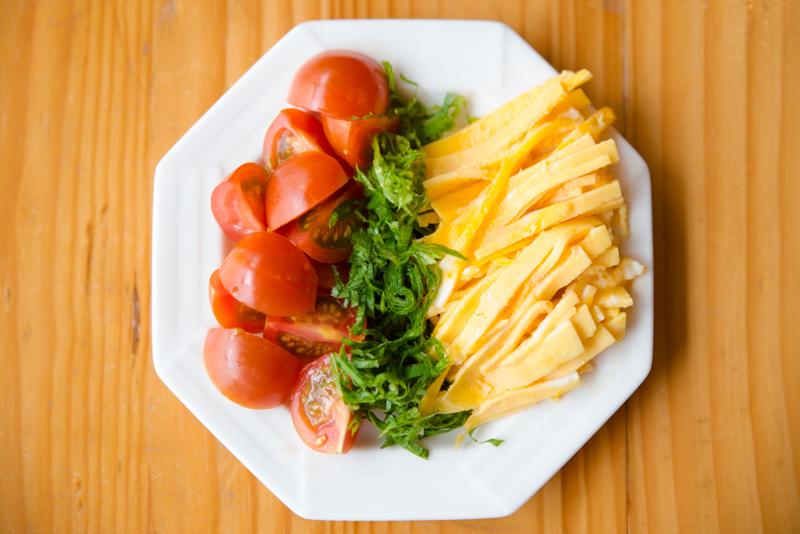 卵は薄焼きにして千切りに。大葉も細かく千切りに。プチトマトは十字に包丁を入れて1/4にカットしておく