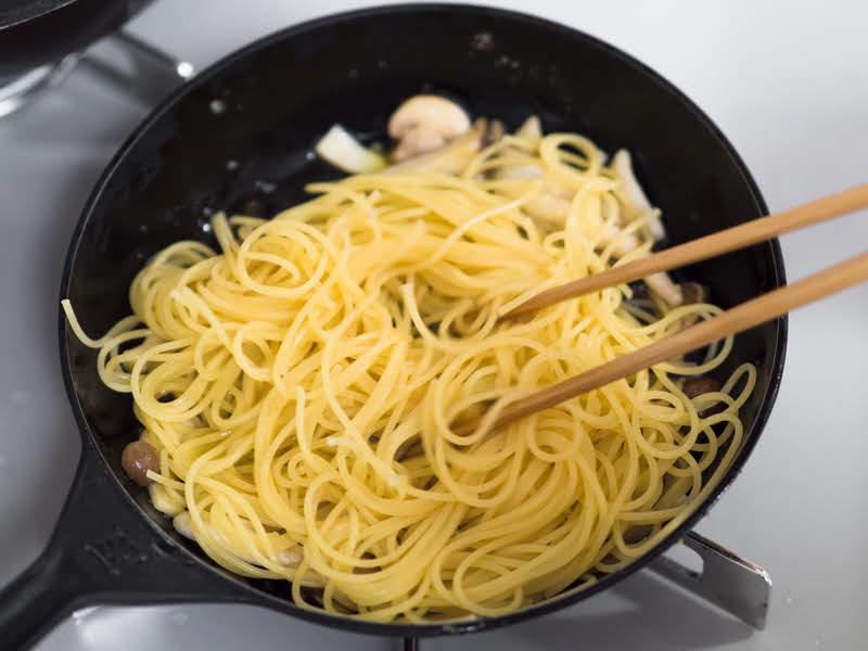 茹でたスパゲッティーを入れる