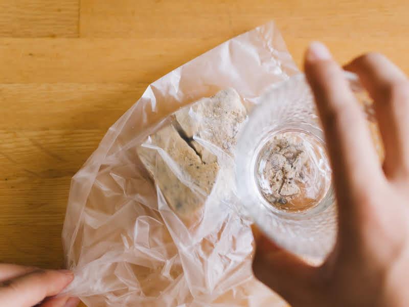 「Theうまみ マッシュルームスープ」をビニール袋などに入れ砕く