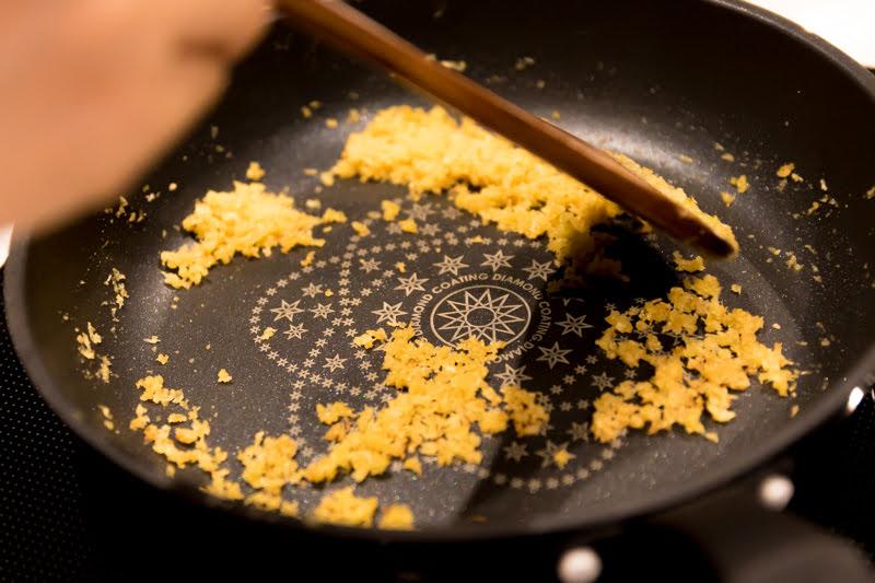 フライパンでパン粉を炒める