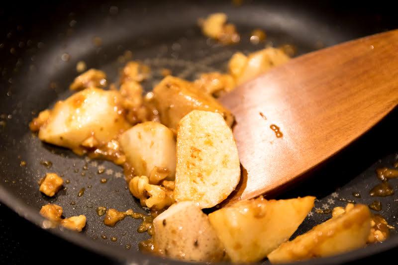 調味料を合わせ、フライパンで炒める