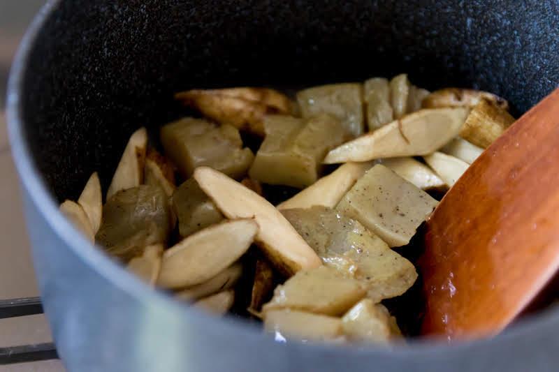 材料を鍋で炒める
