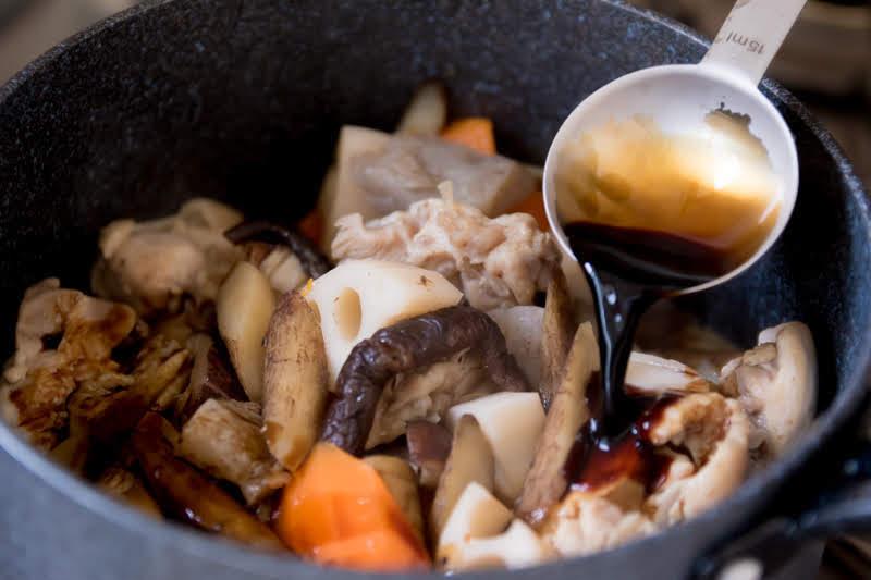 鍋に醤油を回し入れる