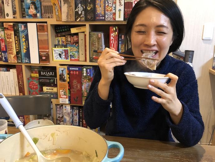 鍋料理を食べる犬山紙子さん