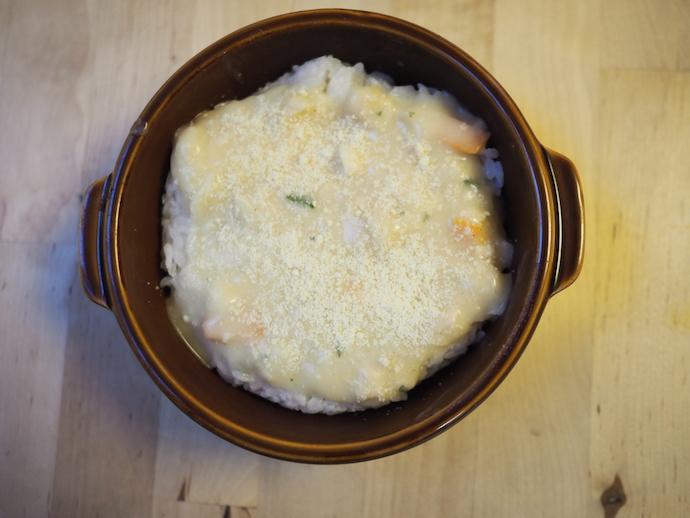 耐熱容器にごはんを入れ、上にクリームシチューをのせて粉チーズをまぶす。
