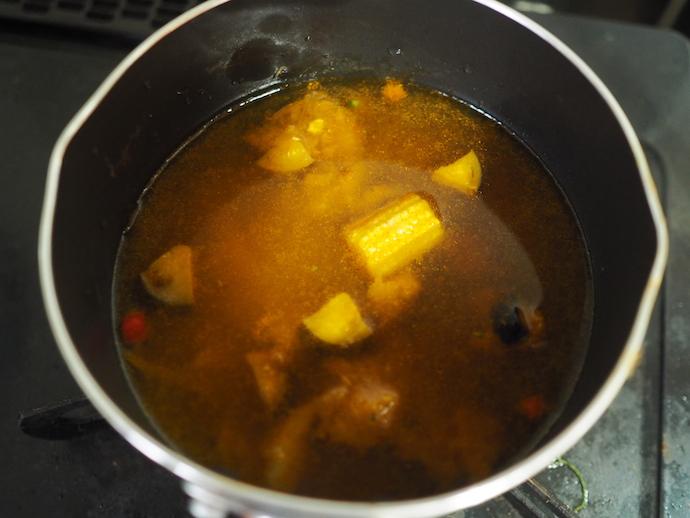 小鍋に水を入れて沸騰させたら、畑のカレーとめんつゆ、生卵を加える。中弱火にして卵の白身に火が通るくらいまで火にかける