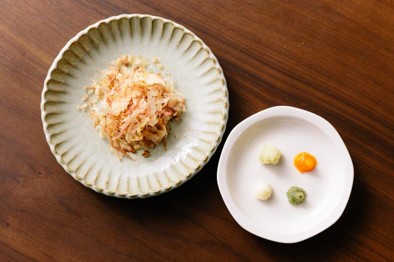 皿にのったかつお節、おろししょうが、おろしにんにく、もみじおろし、柚子胡椒