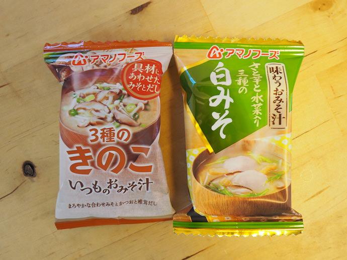 アマノフーズのフリーズドライ「いつものおみそ汁 3種のきのこ」「味わうおみそ汁 さと芋と水菜入り三種の白みそ」のパッケージ