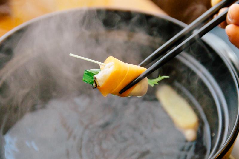 しゃぶしゃぶした牡蠣を野菜でくるむ