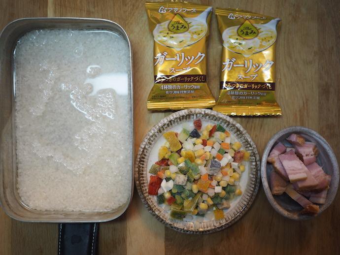 炊き込みご飯の材料と、フリーズドライ「Theうまみ ガーリックスープ」のパッケージ