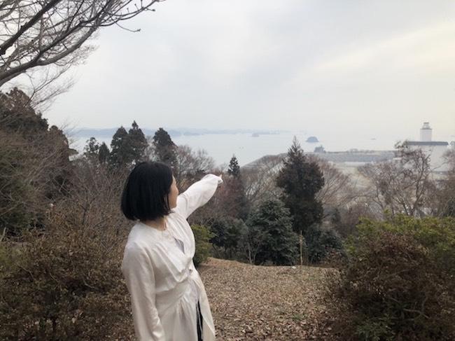 犬山紙子さんの後ろ姿と七ヶ浜