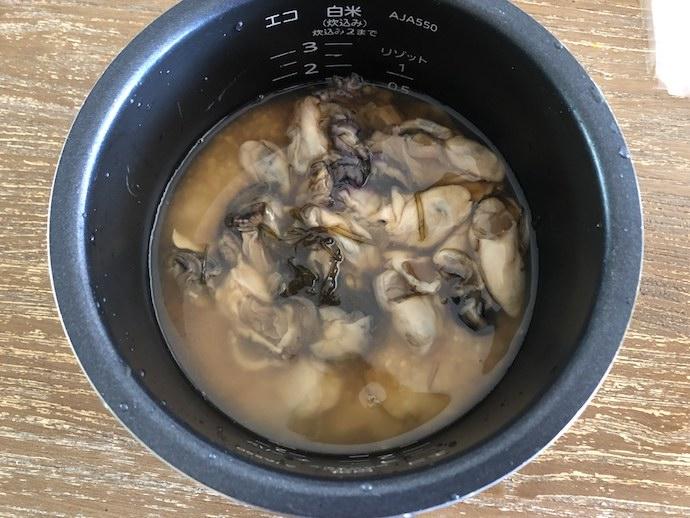 牡蠣飯の素を炊飯器に入れた様子