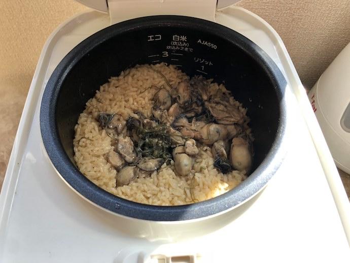 炊飯器で炊き上がった牡蠣飯
